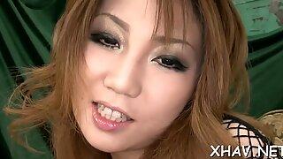 Asiatisk knepper kusse med vibrator