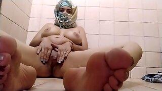 Ægte araber muslimsk mor onanerer hendes fisse til ekstrem orgasme på porno hijab webcam og viser fødder