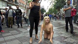 Buttet blondine skændet udendørs