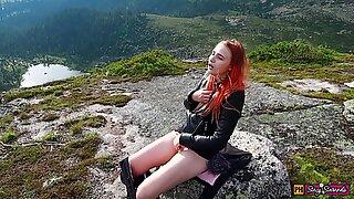 Pige besluttede at slappe af, onanere sin fisse og få en orgasme højt i bjergene!