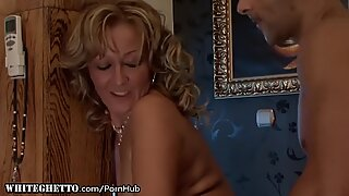 Szex-pozitív nagymama ad seggnyalást és végbélbe veszi