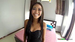 Nagy seggű thaiföldi gyönyörűség készen áll arra, hogy keményen szar legyen